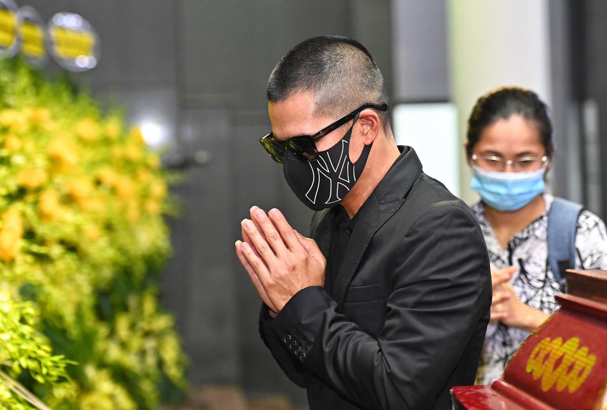 Để đảm bảo phòng dịch, nghệ sĩ lẫn khách tới viếng đều đeo khẩu trang. Trong ảnh, đạo diễn Việt Tú viếng tang.