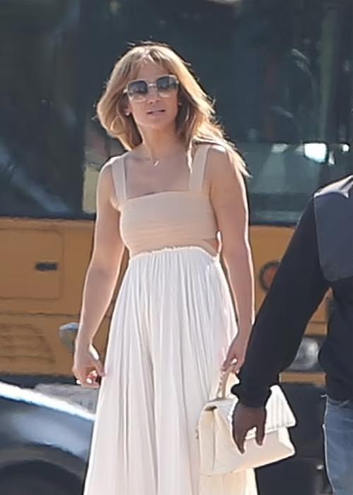 Jennifer Lopez tới Los Angeles hồi tuần trước để tìm trường mới cho các con. Ảnh: Splashnews.