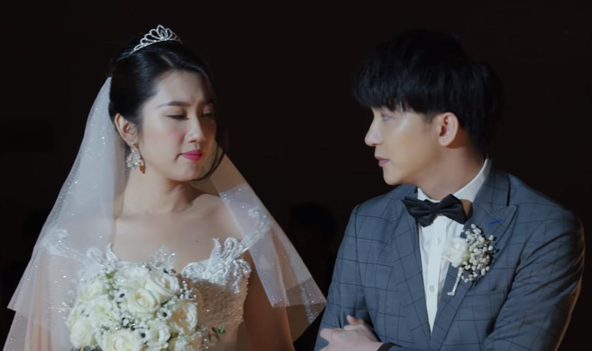 Châu (Thúy Ngân) và Phong (B Trần) trong hôn lễ. Ảnh: Vie.