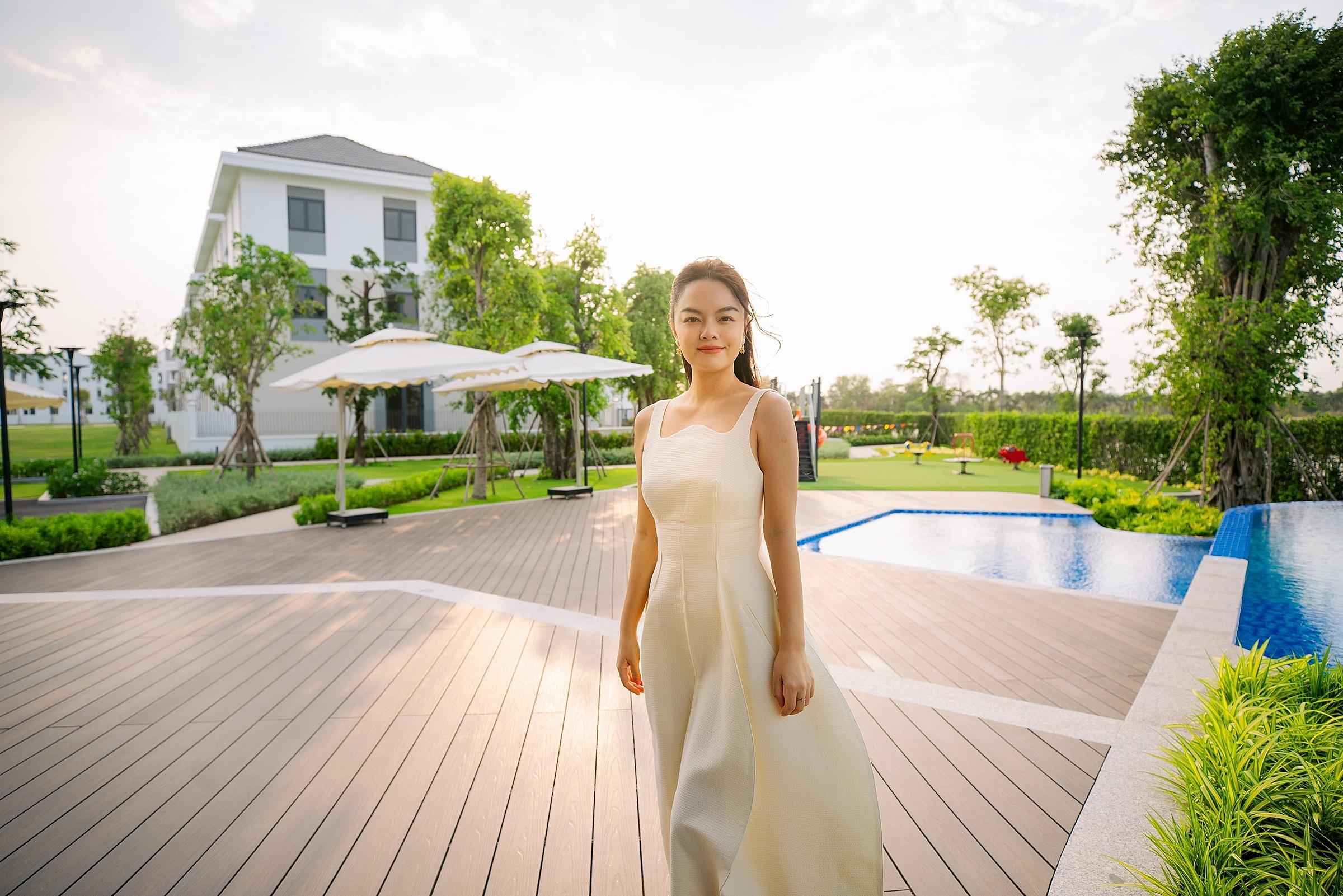 Không gian sống xanh mát tại Aqua City và hai con là cảm hứng sáng tạo nghệ thuật của Phạm Quỳnh Anh. Ảnh: Novaland.