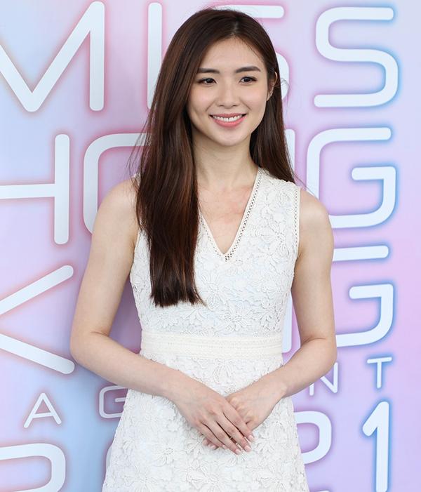 Trang HK01 nhận xét Karena, 26 tuổi, gương mặt thanh tú.