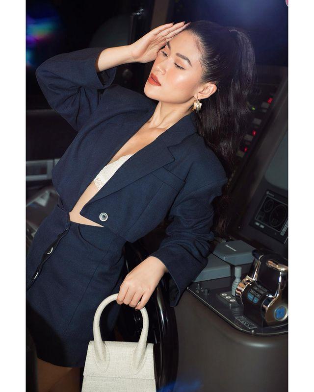 Bên cạnh hình ảnh nữ tính, cô cũng luôn làm mới bản thân với phong cách cá tính hơn. Nữ diễn viên tạo dấu ấn bằng loạt túi xách hàng hiệu đến từ các nhà mốt xa xỉ như YSL, Jacquemus, Dior, Gucci, Chanel... Cô nàng cũng là tín đồ của dòng túi Le Sac Chiquito đình đám, xu hướng được yêu thích từ năm 2018 cho đến nay.
