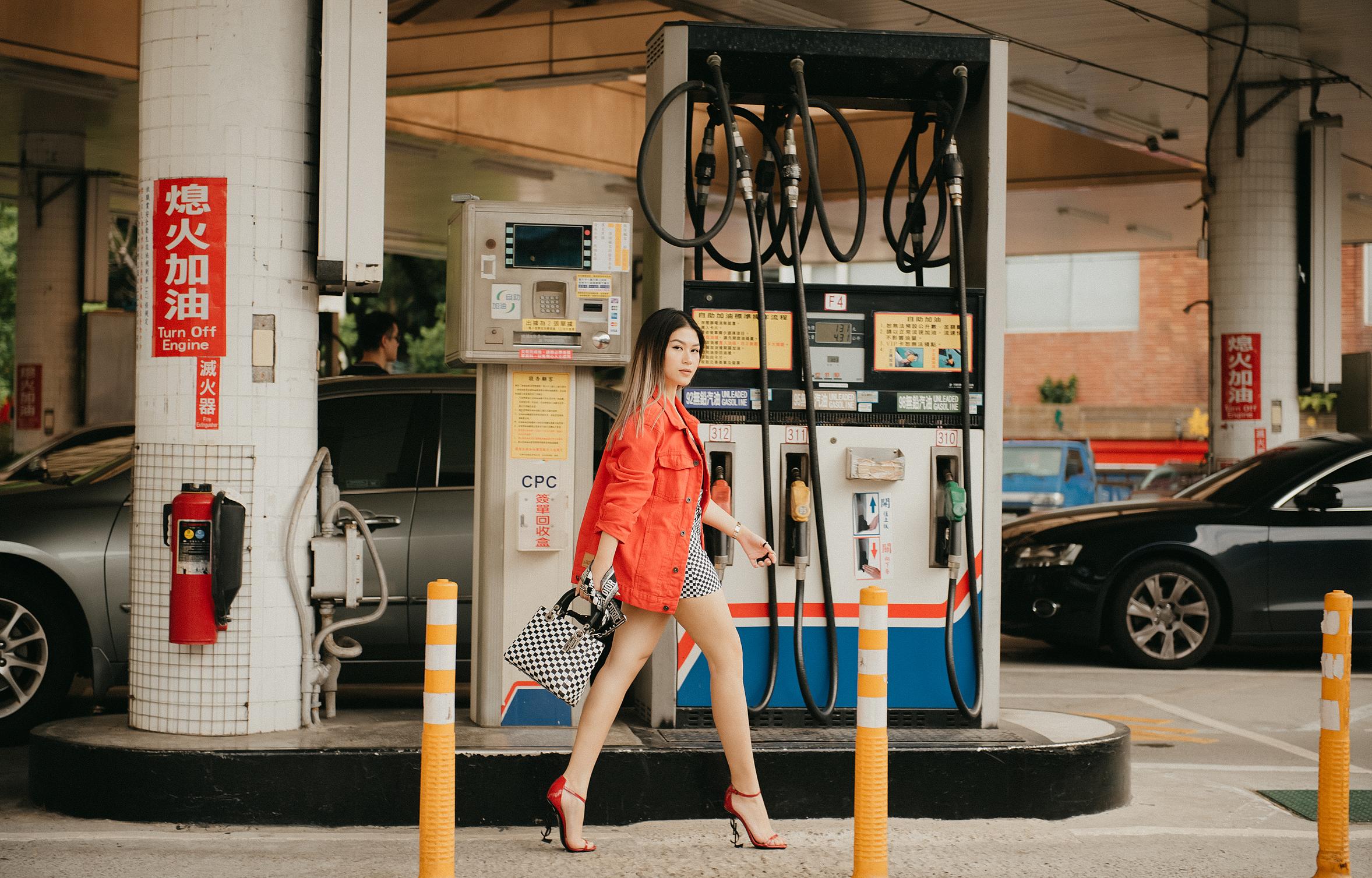 Trước đó, nữ diễn viên từng đăng tải hình ảnh dạo bước trên sàn diễn đường phố cùng đôi cao gót trứ danh từ thương hiệu Saint Yves Laurent, mẫu túi Lady Dior huyền thoại.