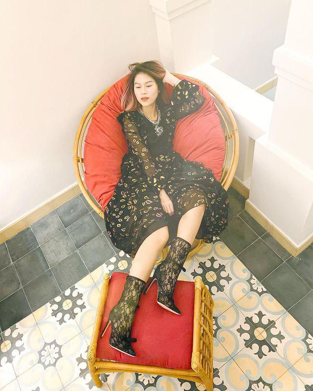 Như bao cô gái khác, Ngọc Thanh Tâm cũng ưa chuộng phong cách công chúa khi diện váy voan thanh lịch trong bộ sưu tập hợp tác giữa Giambattista Valli x H&M. Thiết kế này từng được loạt sao châu Á, mỹ nhân Hollywood sử dụng.