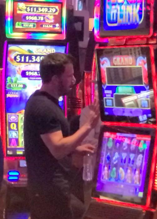 Ben Affleck tại một sòng bạc tại Las Vegas hôm 9/6. Ảnh: Backgrid.