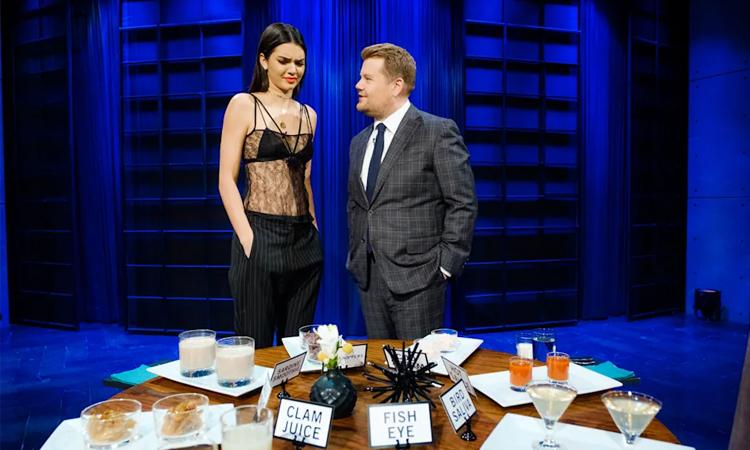 James Corden (phải) cùng siêu mẫu Kendall Jenice trong tiết mục Spill Your Guts. Ảnh: CBS.