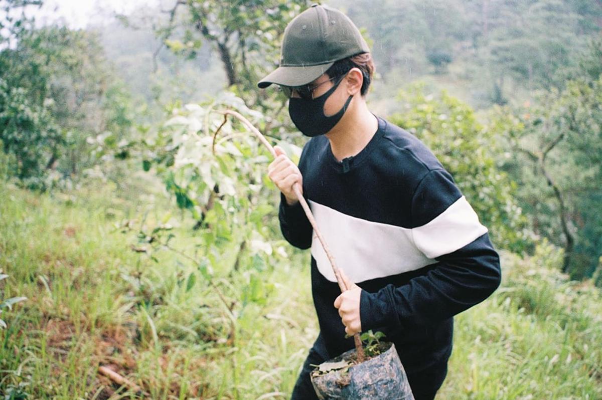 Hà Anh Tuấn thực hiện dự án trồng cây gây rừng tại miền Trung hồi năm 2020. Ảnh: Facebook Ha Anh Tuan.