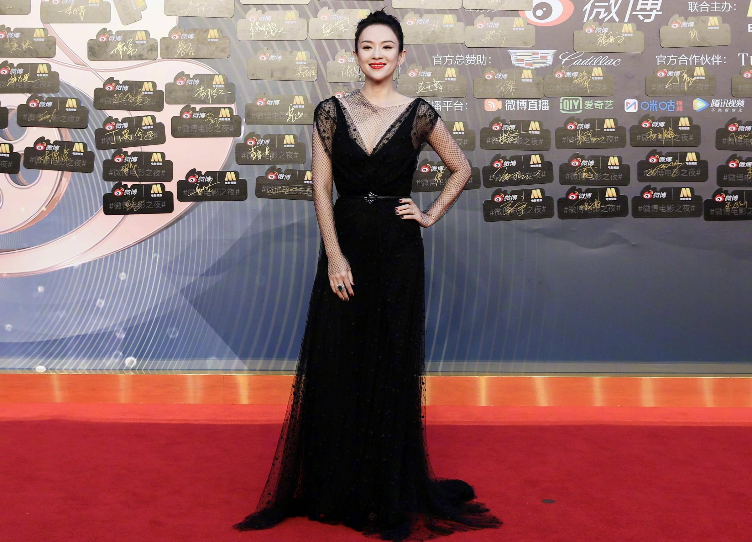 Chương Tử Di khoe dáng trên thảm đỏ với thiết kế của . Cô đoạt giải Diễn viên có sức ảnh hưởng của năm .