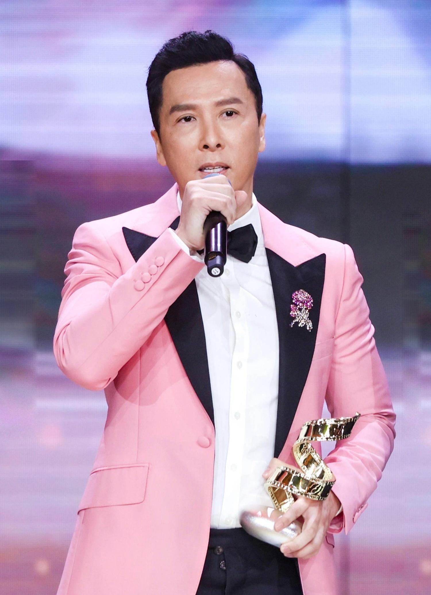 Chân Tử Đan diện suit hồng nhận giải Diễn viên có sức ảnh hưởng của năm .