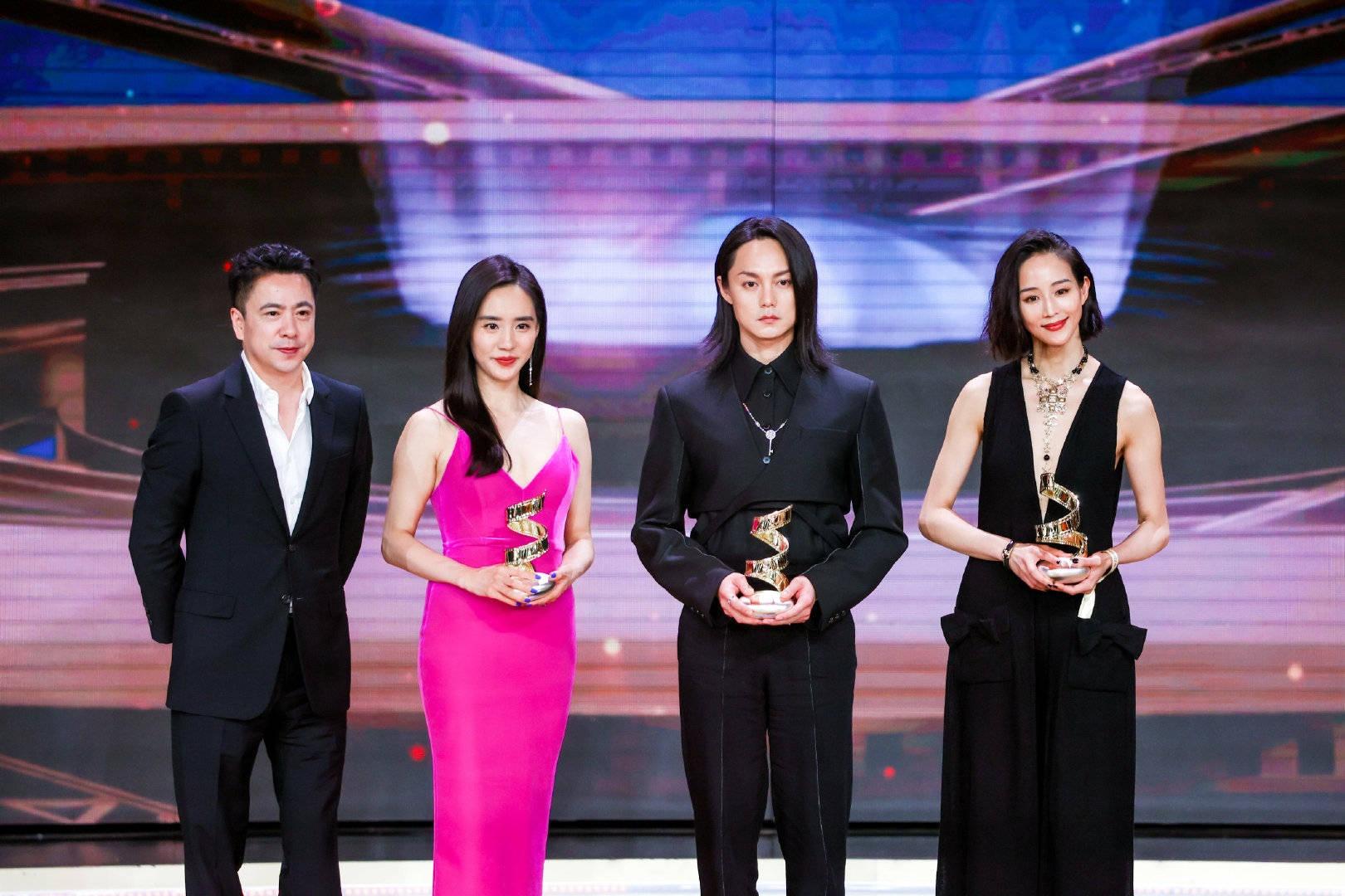 Từ phải qua: Diễn viên Trương Quân Ninh, Doãn Chính, Vương Trí nhận cúp Diễn viên tiến bộ của năm.
