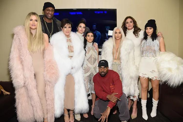 Kanye West (áo đỏ) chụp ảnh cùng gia đình Kardashians trong một sự kiện thời trang năm 2016. Ảnh: