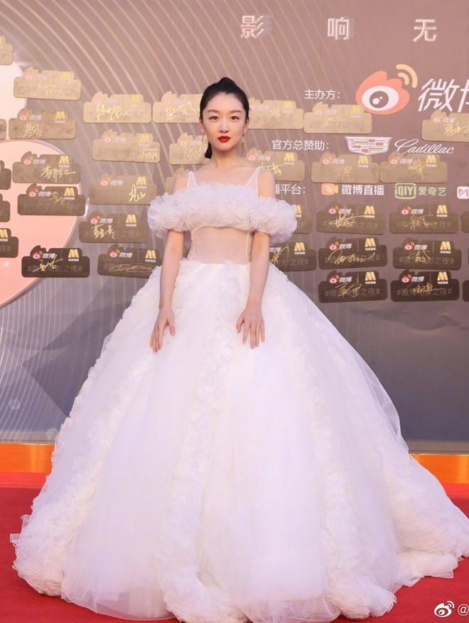 Ảnh hậu Chu Đông Vũ ghi điểm với đầm cô dâu của Giambattista Valli. Cô nhận giải Diễn viên thần tượng của năm.