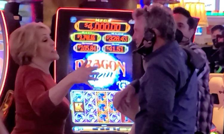 Guadalupe Rodríguez trò chuyện cùng các nhân viên đoàn phim của Ben Affleck tại Las Vegas hôm 10/6. Ảnh: Backgrid.