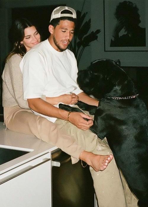 Kendall Jenner (trái) bên bạn trai. Ảnh: Kendall Jenner Instagram.