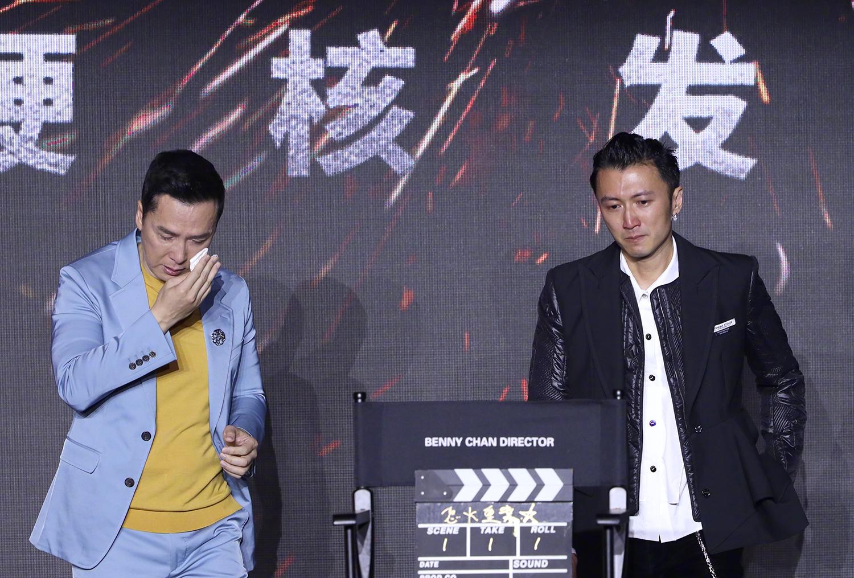 Chân Tử Đan (trái) và Tạ Đình Phong đứng hai bên ghế dành cho Trần Mộc Thắng. Ảnh: Sina.