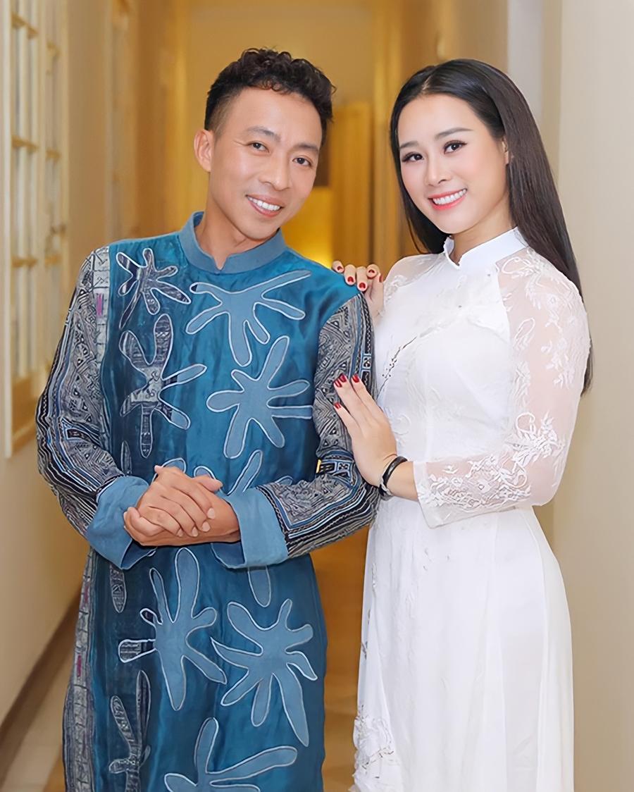 Việt Hoàn và bà xã Hoa Trần trong chương trình ca nhạc ở Nhà hát Lớn. Ảnh: Hòa Nguyễn.