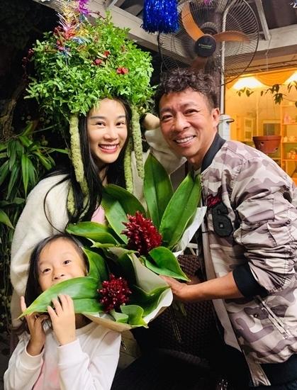 Vợ chồng Việt Hoàn và con gái vui đùa bên cây cối trong những ngày giãn cách xã hội. Ảnh: Nhân vật cung cấp.