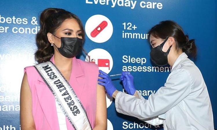 Andre Meza (trái) đi tiêm vaccine Covid-19 tại New York hồi cuối tháng 5. Ảnh: Andrea Meza Instagram.