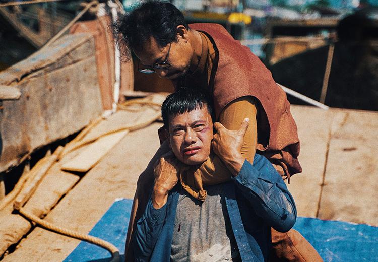 Võ Thành Tâm (áo xanh) vào vai chính - cựu võ sĩ Hiền, Huỳnh Đông đóng phản diện trong phim Lật mặt 5. Ảnh: Lê Tuấn.