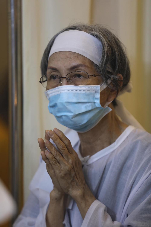 Vợ nghệ sĩ - bà Bùi Thị Giang - cho biết khi hay tin bị ung thư phổi, thời gian đầu ông suy sụp, sau đó dần học cách chấp nhận và lạc quan điều trị bệnh.
