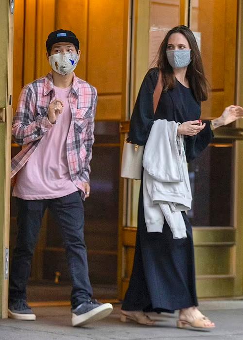 Angelina Jolie (phải) cùng con trai Maddox tại nhà của Miller. Ảnh: Splashnews.
