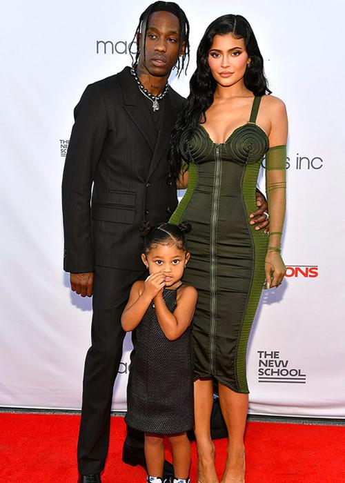 Travis Scott (trái) cùng Kylie Jenner và con gái Stormi tại sự kiện. Ảnh: Shutterstock.