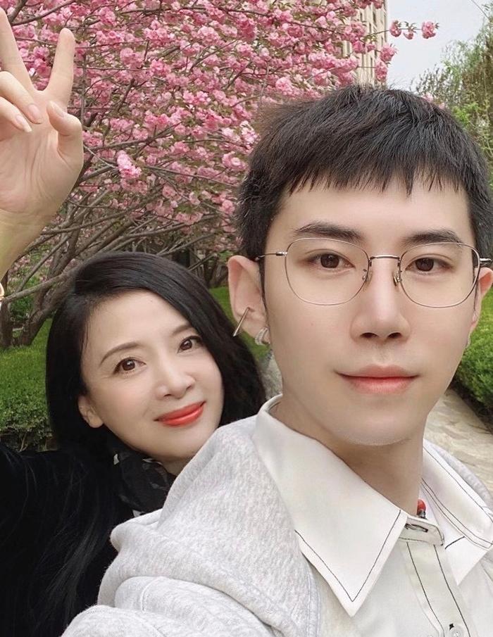 Long Tử Gia đăng ảnh bên mẹ hồi tháng 4. Ảnh: Weibo/Longzijia.