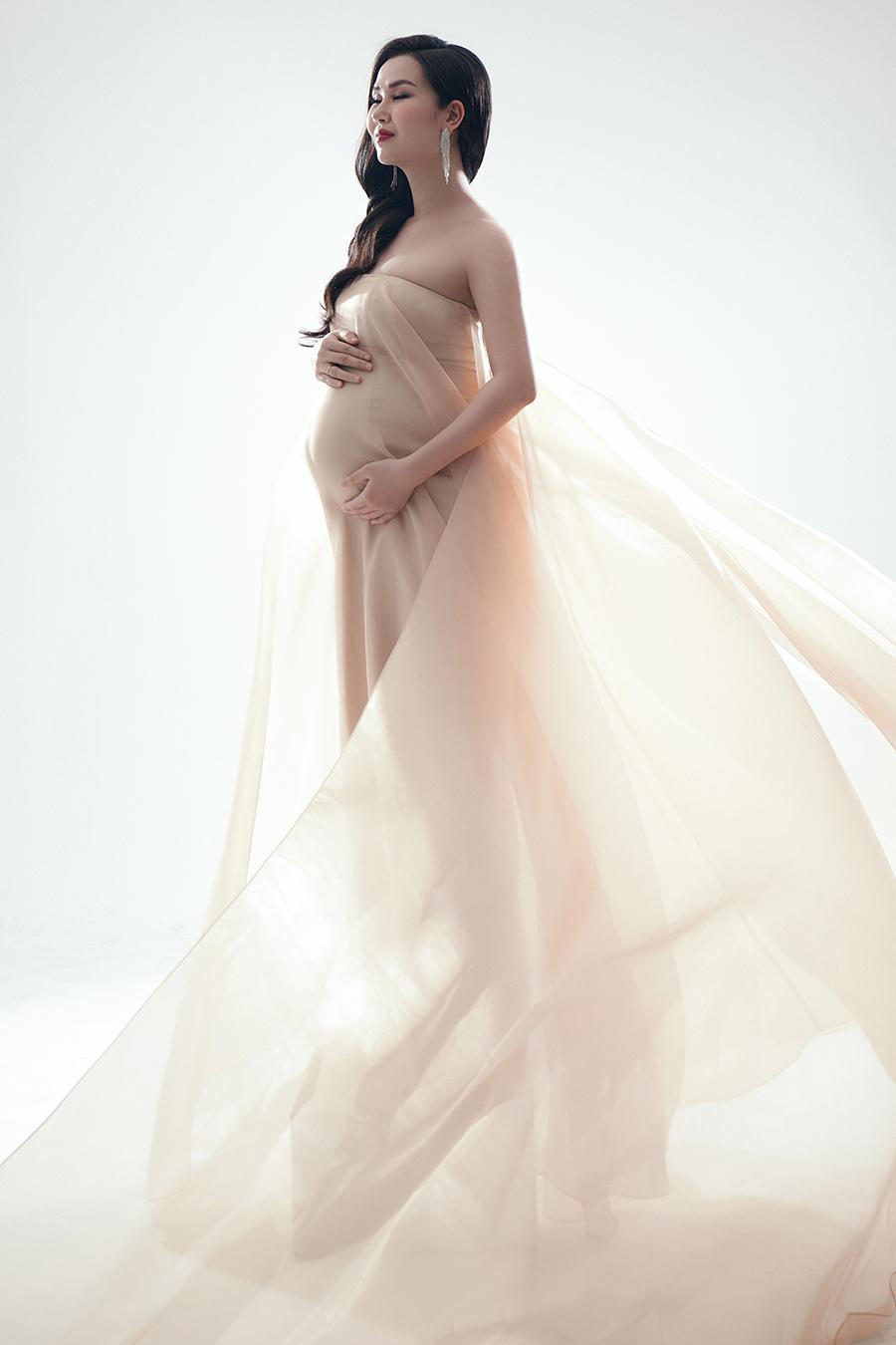 Võ Hạ Trâm đặt may riêng những bộ váy dạ hội với chất liệu lụa cát, mang lại sự thoải mái và dễ chịu cho cô, thả dáng trước ống kính.