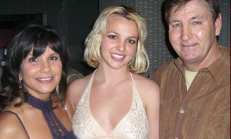 Britney Spears (giữa) chụp ảnh cùng cha mẹ năm 2008. Ảnh: Splash News.