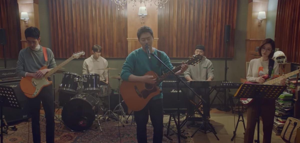 Khoảnh khắc các bác sĩ đàn, hát được khán giả mong chờ. Ngoài nội dung, âm nhạc là một điểm cộng lớn cho bộ phim. Ảnh: tvN.