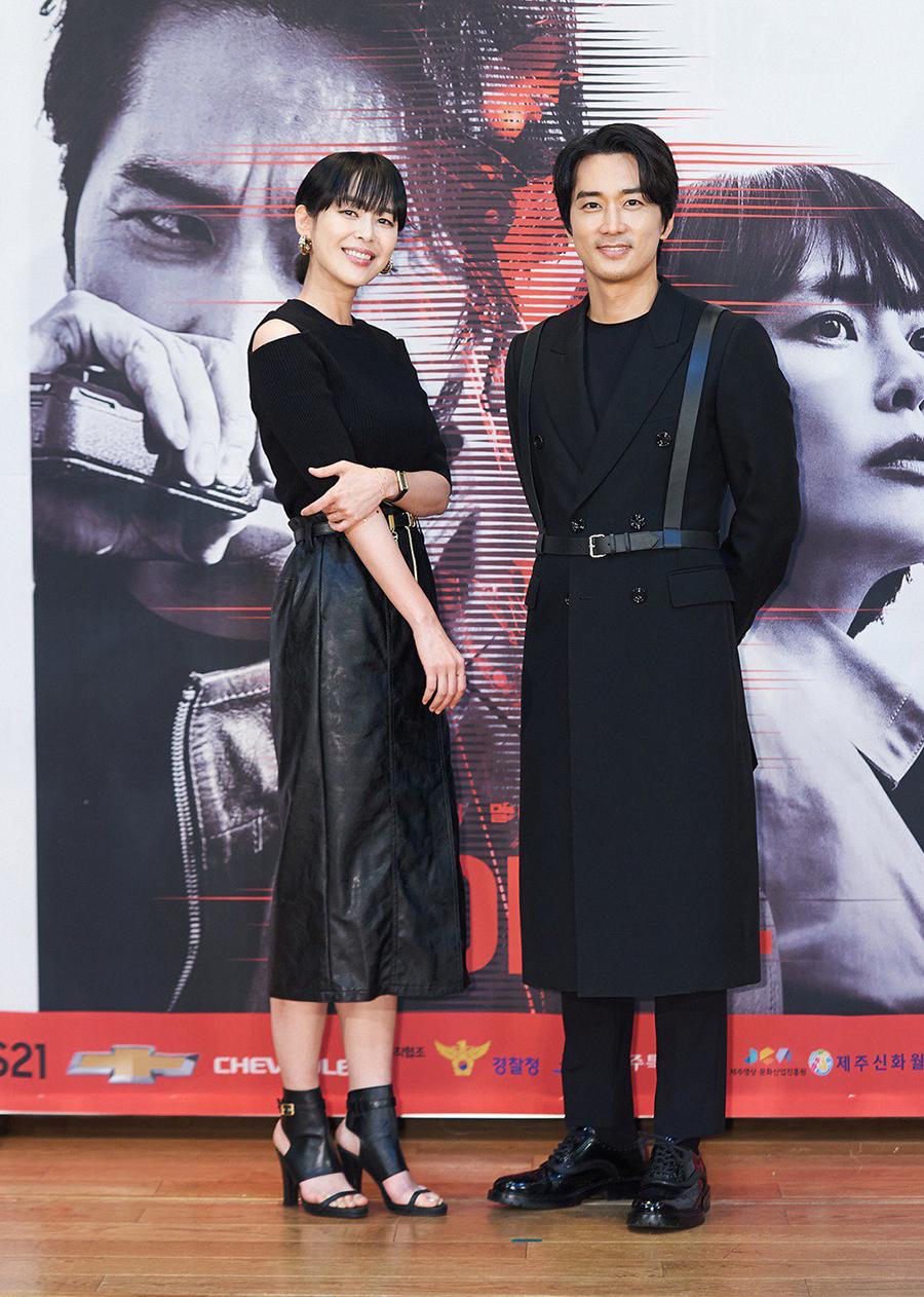 Song Seung Hun và Lee Ha Na tại buổi quảng bá phim phát trực tuyến hôm 14/6. Ảnh: tvN.