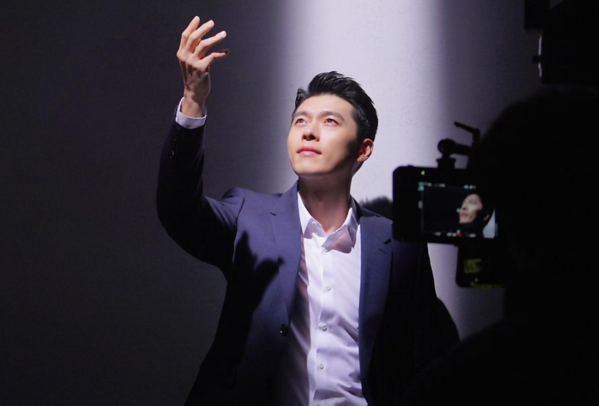Công ty quản lý VAST cũng đăng loạt ảnh hậu trường chụp ảnh của Hyun Bin.