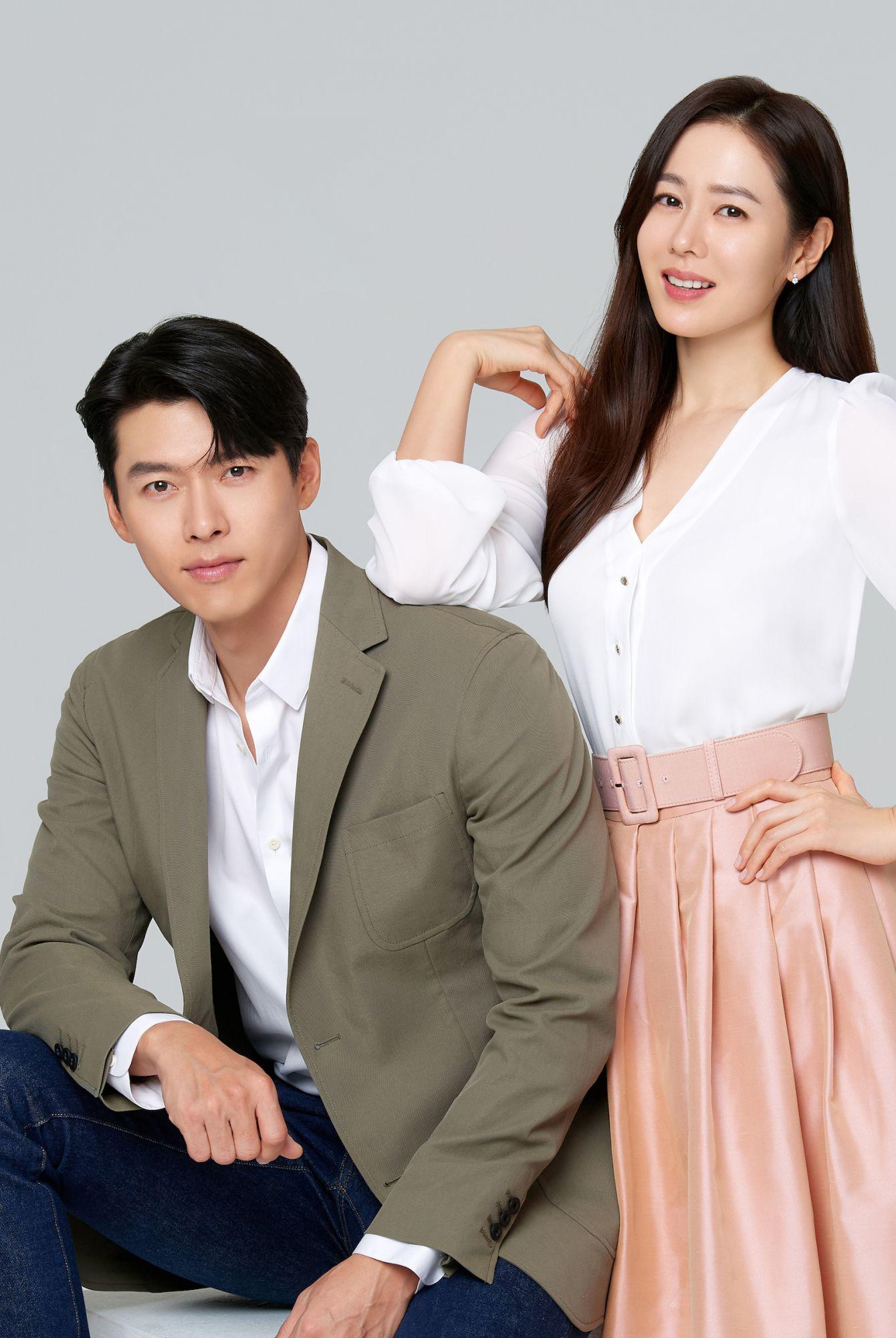 Hồi tháng 2, Hyun Bin lần đầu lộ diện cùng Son Ye Jin kể từ khi lộ chuyện hẹn hò. Cặp sao được mời làm đại diện cho một hãng viễn thông lớn nhất Philippines. Theo Naver, fan châu Á phấn khích khi loạt ảnh và video quảng cáo của họ được tung ra đúng dịp Valentine. Đa số khán giả khen họ tương xứng ngoại hình lẫn tài năng và mong đôi uyên ương sớm tổ chức đám cưới.Hyun Bin sinh năm 1982, tên thật là Kim Tae Pyung. Anh chạm ngõ màn ảnh năm 2003, nổi tiếng với Tôi là Kim Sam Soon, Thế giới họ đang sống, Khu vườn bí mật, Hạ cánh nơi anh... Anh từng hẹn hò Song Hye Kyo, Kang So Ra.