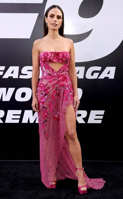 Diễn viên gốc Panama  Jordana Brewster diễn đầm hở vai trên thảm đỏ. Trong phim, cô đóng vai Mia, em gái của Don (Vin Diesel).