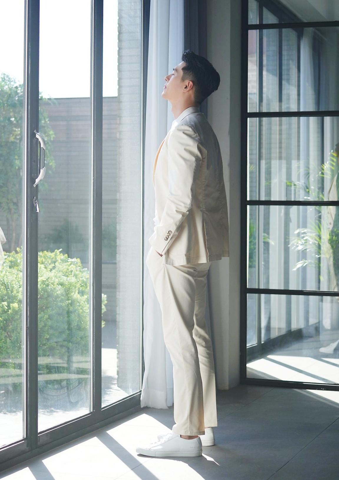 Khán giả viết trên Pann, Naver: Hình thể và vóc dáng Hyun Bin, quá lý tưởng. Chiều cao 1,85 m giúp anh ấy nổi bật trong mọi phong cách, Anh ấy là một trong những nam diễn viên mặc suit sáng màu đẹp nhất Hàn Quốc, Ngây ngất với loạt ảnh cười thấy rõ má lúm đồng tiền của anh ấy, Danh sách quý ông độc thân, hấp dẫn nhất Hàn Quốc luôn có tên Hyun Bin...