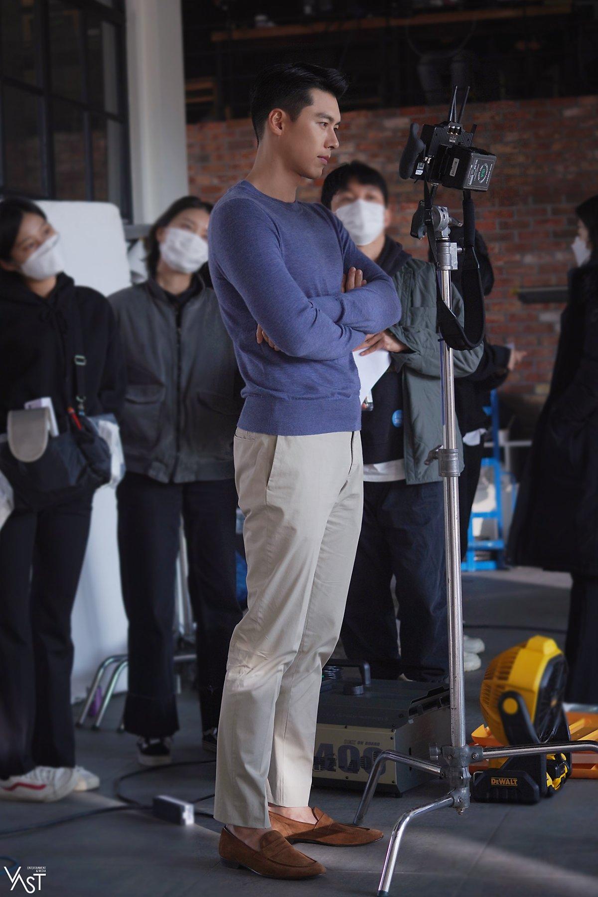 Hyun Bin luôn kiểm tra lại biểu cảm, đề nghị được quay lại khi thấy phần thể hiện chưa tốt. Hình ảnh diễn viên khoanh tay