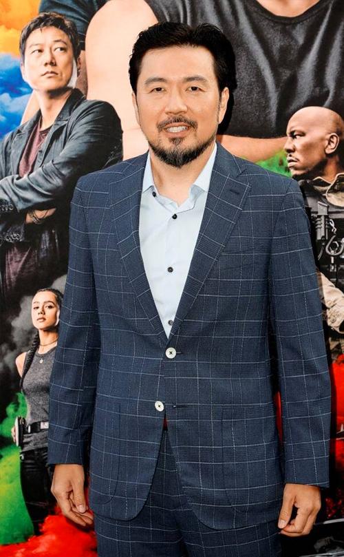 Nhà làm phim Đài Loan Justin Lin diện comple trên thảm đỏ. Ông sẽ giữ vai trò đạo diễn trong ba phần phim cuối cùng của Fast & Furious.