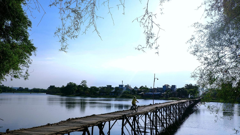 Chiếc cầu tre qua sông Trà Bồng ở làng Đông Yên. Ảnh: Phạm Linh.