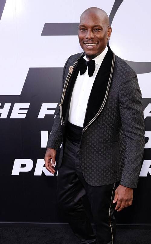 Ca sĩ Tyrese Gibson đóng tay đua Roman Pearce.