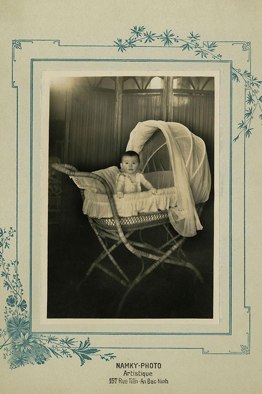 Một em bé Ảnh Đứa bé trong nôi, khoảng năm 1922, ảnh hộp dạng bởi Namky-Photo (Bắc Ninh)
