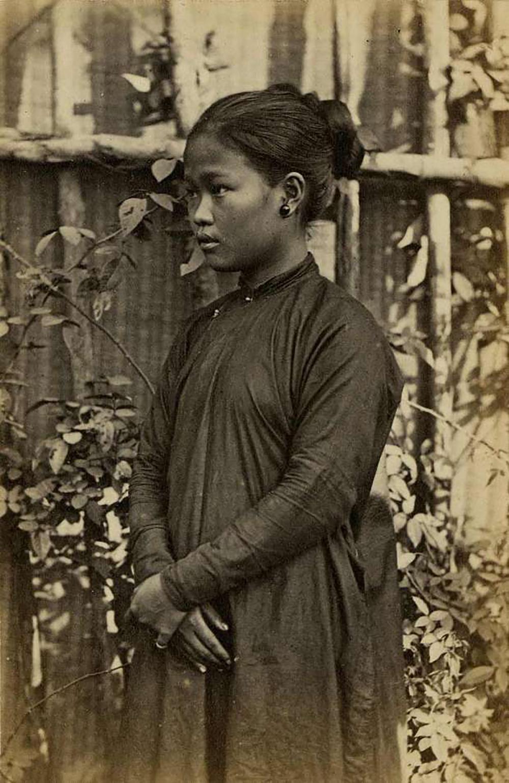 Bức Thiếu nữ Sài Gòn của nhiếp ảnh gia John Thomson, in trên giấy bạch đàn - một trong những tấm ảnh được chụp đầu tiên được chụp ở Việt Nam, vào khoảng năm 1867 - 1868. Áo dài năm thân được phái nữ ưa chuộng vào thế kỷ 19. Trang phục gồm hai khổ vải được may nối nhau thành thân trước theo phong cách kín đáo. Bốn thân áo bên ngoài tượng trưng cho tứ thân phụ mẫu: cha mẹ mình và cha mẹ người thương, thân áo thứ năm đại diện cho người mặc. Áo luôn có năm cúc, thể hiện đạo lý làm người: nhân, nghĩa, lễ, trí, tín.Bức hình được giới thiệu trong cuốn Buổi đầu nhiếp ảnh Việt Nam của Terry Bennett (Phương Nam Book phát hành vào tháng 6), giới thiệu tư liệu về ngành nhiếp ảnh trong nước từ năm 1840 - khi máy ảnh lần đầu xuất hiện ở Việt Nam - đến năm 1950.