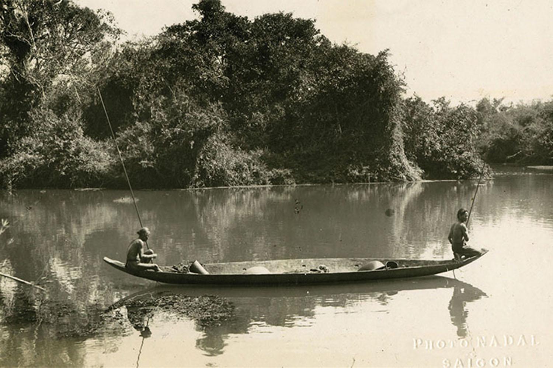 Sách còn giới thiệu các tư liệu hiếm về ảnh phong cảnh, như khoảnh khắc người dân vùng ven Sài Gòn đánh bắt cá những năm 1920 của Fernand Nadal.