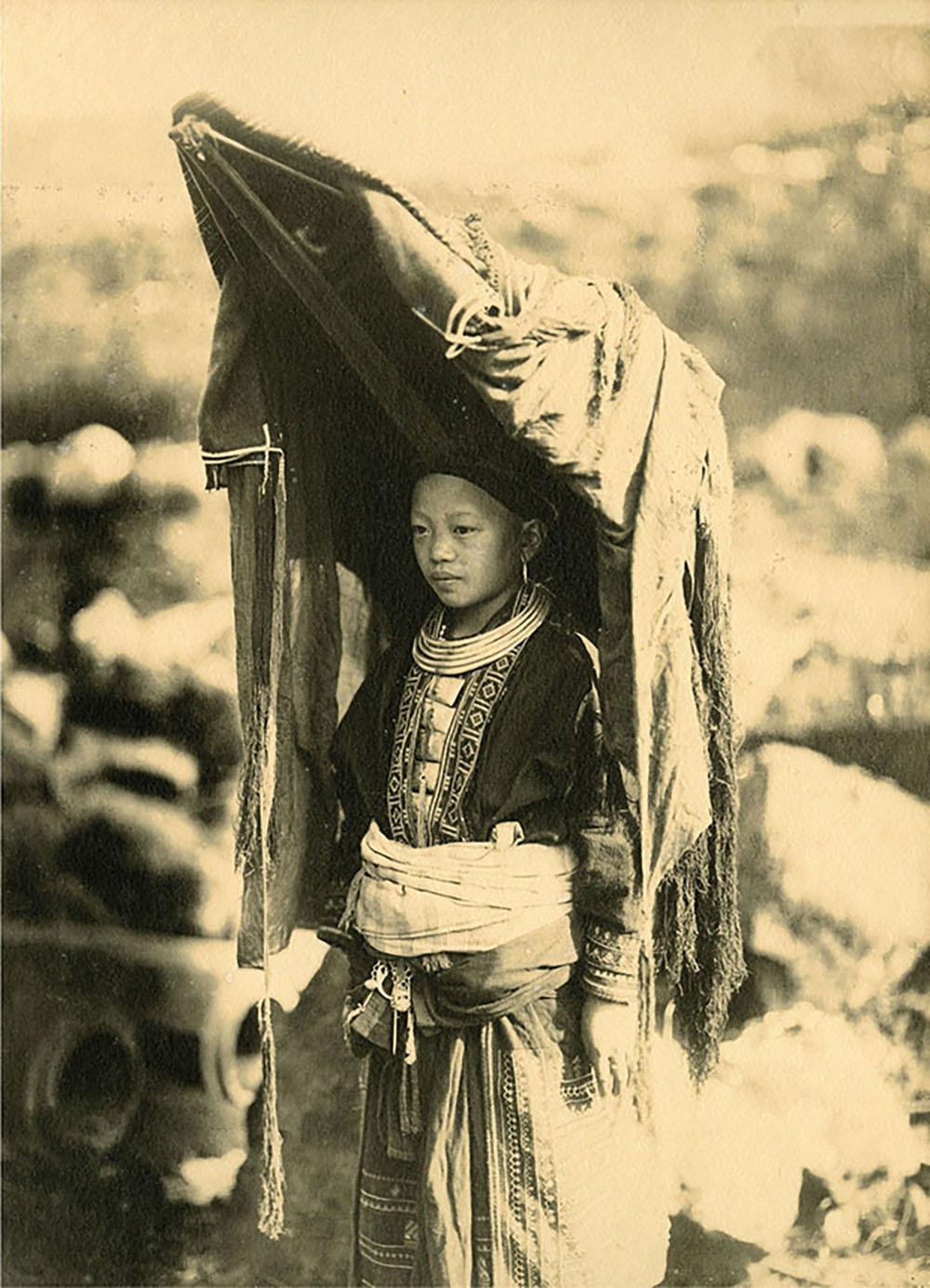 Một phụ nữ có chồng người Mán, Lào Cai, khoảng năm 1925, ảnh in trên giấy tráng bạc, người chụp khuyết danh.