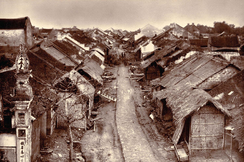 Một góc Bắc Ninh những 1884-1885, do nhiếp ảnh gia Charles-Édouard Hocquard (1853-1911). Terry Bennett cho biết: Cuốn sách chưa là một pho sử đầy đủ về nhiếp ảnh ở Việt Nam. Dù vậy, nó có thể cung cấp phác thảo ban đầu, một tấm bản đồ sơ khởi, ghi chép lại các cung đường nơi nhiều dấu chân đã đi qua.