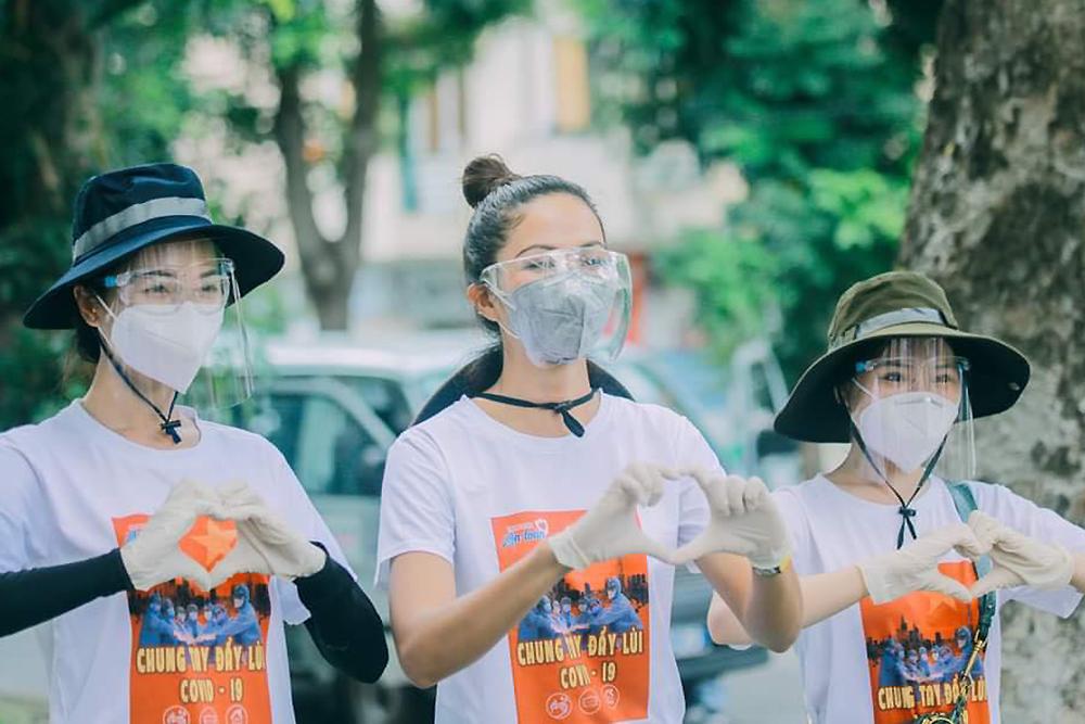 HHen Niê (giữa) tham gia lực lượng tình nguyện viên chống dịch. Ảnh: Nhân vật cung cấp.