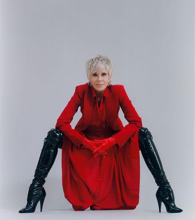 Jane Fonda phối bốt của Saint Laurent với váy đỏ ở tuổi 83. Ảnh: Interview.