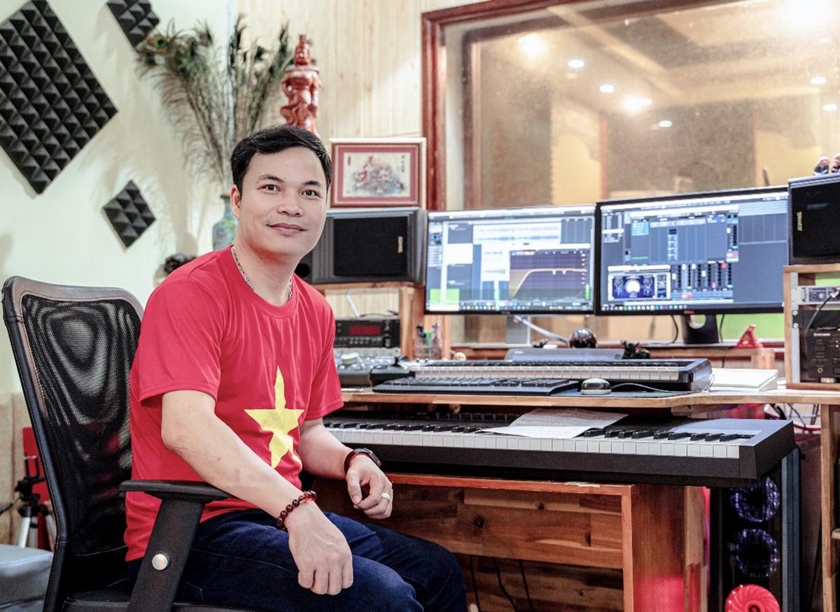 Nhạc sĩ Xuân Trí trong phòng dựng. Video: Nhân vật cung cấp.