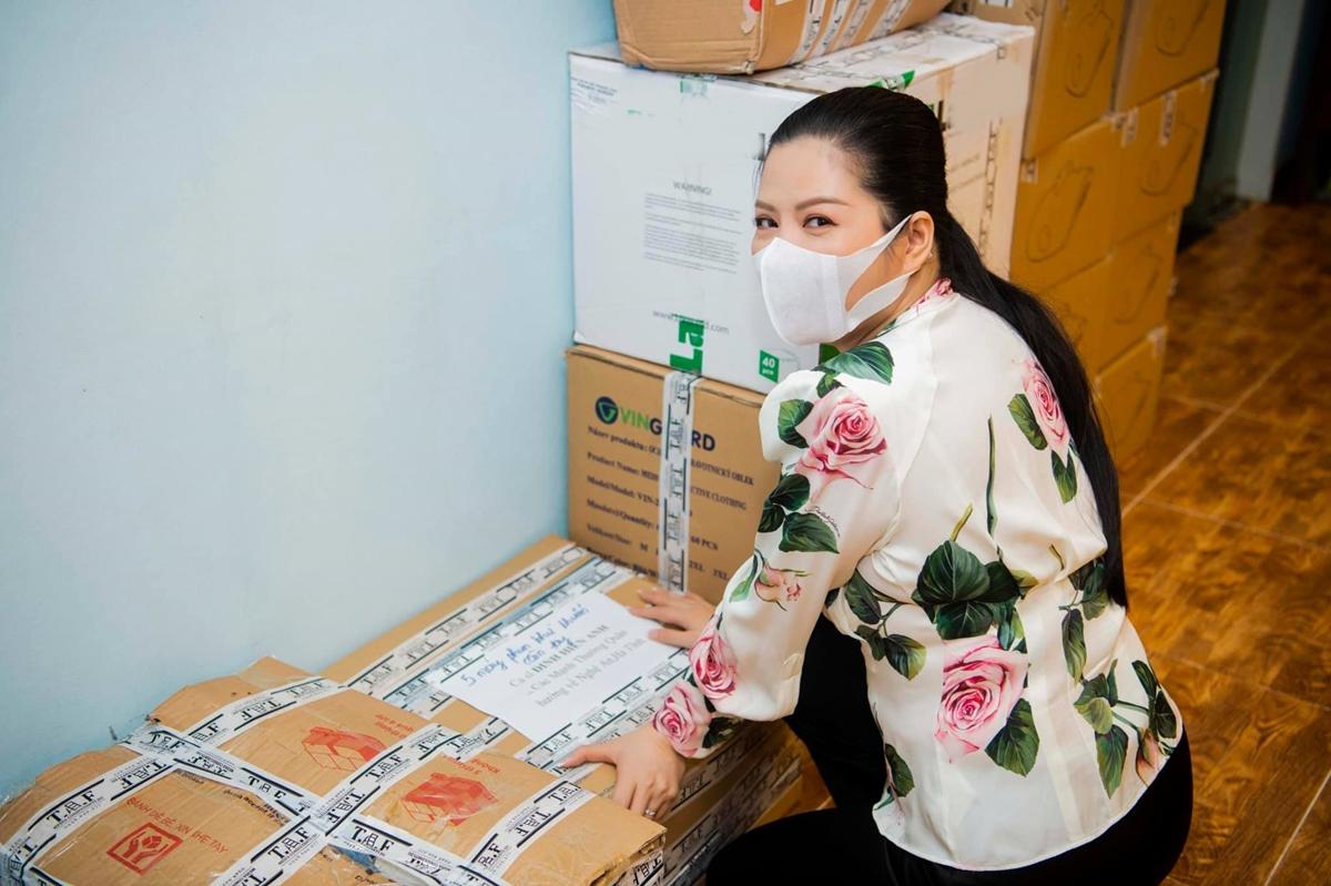 Đinh Hiền Anh kiểm hàng trước khi chuyển tới Nghệ An. Ảnh: Tran Luong.