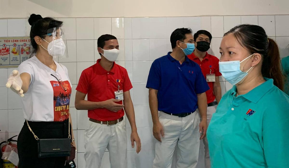 MC Quỳnh Hoa hướng dẫn công nhân tiêm vaccine. Ảnh: Nhân vật cung cấp.