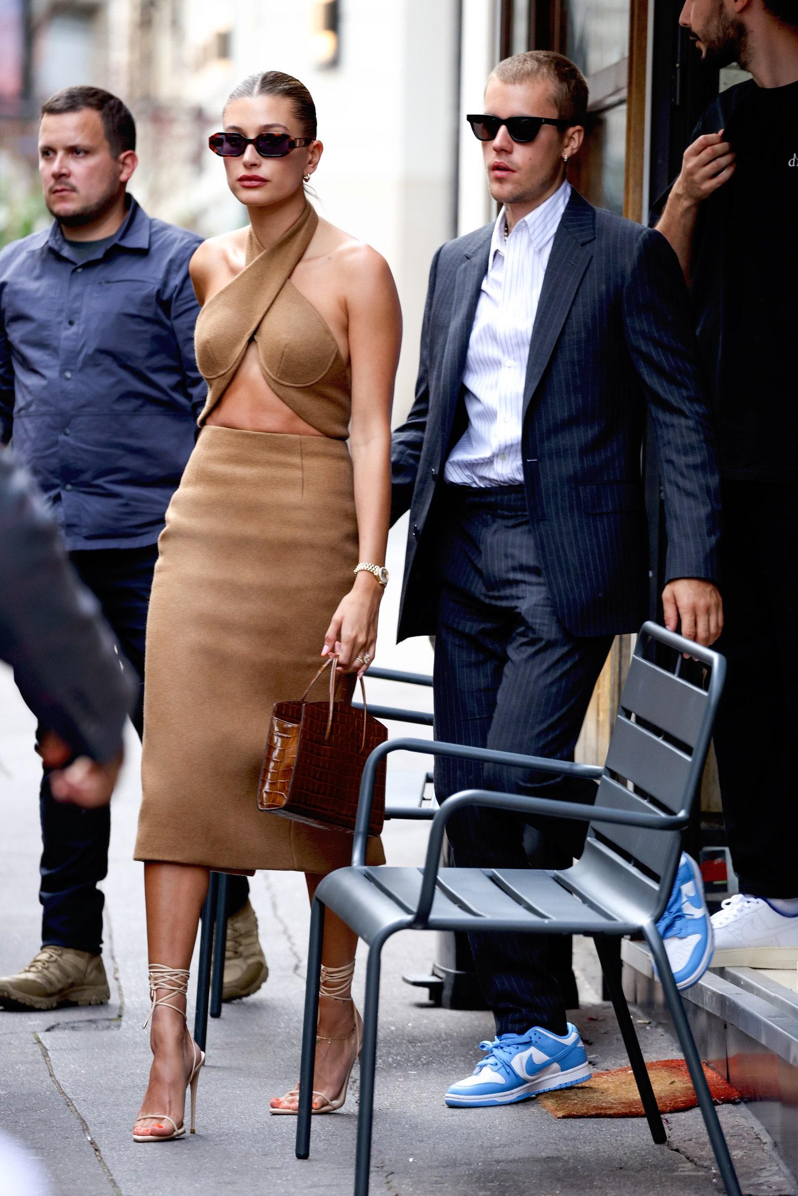 Justin Bieber và Hailey Baldwin được Vogue khen mặc đẹp.